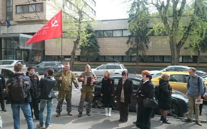Активист НОД остаются у ЦДК после инцидента со школьниками